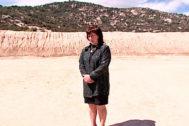 Flor Baena, ante el paredón de tierra donde fue fusilado su hermano, en Hoyo de Manzanares (Madrid).