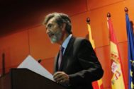 El presidente del CGPJ y del Tribunal Supremo, Carlos Lesmes, en una conferencia, este lunes, en Barcelona.