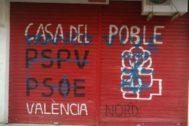Pintadas en la sede de una agrupación del PSOE en Valencia.