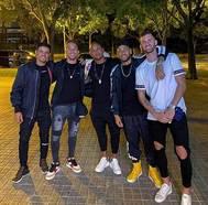 Neymar, junto a Arthur, Baptistao y otros amigos, en Barcelona.