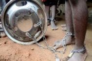 Un niño con cadenas en los pies, rescatado en Kaduna.