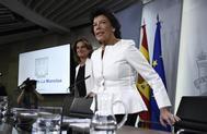 Isabel Celaá y Teresa Ribera, al inicio de la rueda de prensa tras el Consejo de Ministros.
