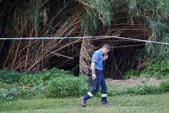 GRAFCAT4087. BARCELONA.- Agentes de los Mossos d'Escuadra y de los Bomberos trabajan en un dispositivo de búsqueda para localizar el cuerpo de un bebé que un menor, supuestamente su padre y que ya ha sido detenido, habría lanzado esta madrugada al rio <HIT>Besos</HIT>. Alejandro García
