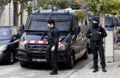 Dos agentes de los Mossos d'Esquadra, en una operación policial.