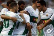 Los jugadores del Elche celebran un gol en el Martínez Valero.