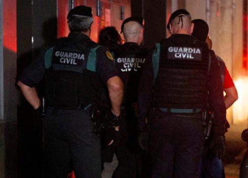 Agentes de la Guardia Civil, en un momento de la operación contra los...