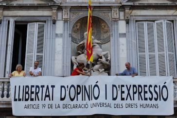 Cuelgan otra pancarta en la Generalitat horas después de retirar la de los presos por orden del TSJC