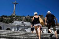 Dos personas caminan hacia el Valle de los Caídos.
