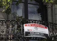 Un cartel anunciando una vivienda de alquiler en Barcelona.