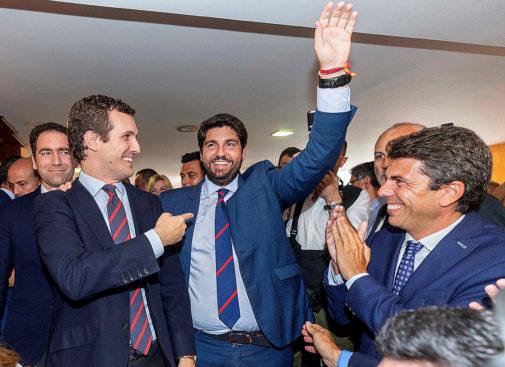 El presidente de Murcia, Fernando López Miras (en el centro), tras su...