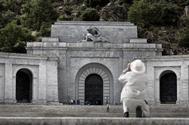 Detalle de la puerta principal del mausoleo donde se encuentra enterrado Francisco Franco, en el Valle de los Caídos, en Madrid.
