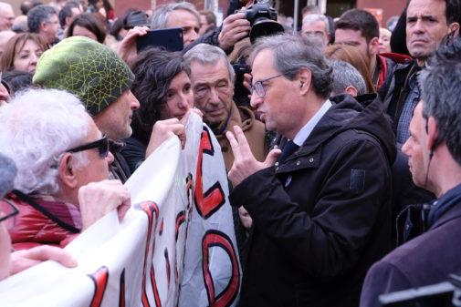 El presidente catalán, Quim Torra, habla con miembros de los CDR, en una visita a Molins de Rei (Barcelona).