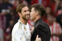 Sergio Ramos y Simeone, durante el derbi del sábado en el Metropolitano.