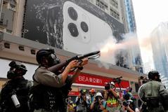 La Policía lanza gases contra los manifestantes en