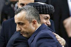 El presidente Ashraf Ghani abraza al candidato a vicepresidente, Amrullah Saleh (en primer plano).