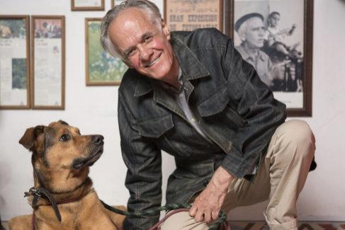 El escritor colombiano Fernando Vallejo junto a su perra 'Brusca'.