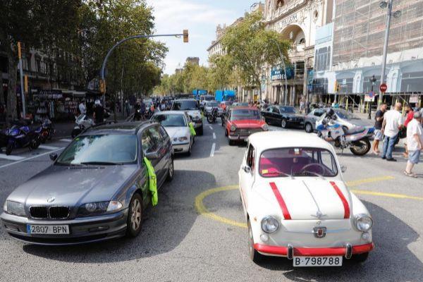 Marcha lenta como protesta a las restricciones ayer en Barcelona.