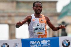 Kenenisa Bekele, en la meta del maratón de Berlín, este domingo.