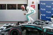 Hamilton festeja su triunfo en Sochi.