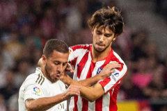 GRAF850. MADRID.- El delantero luso del Atlético de Madrid <HIT>Joao</HIT> <HIT>Félix</HIT> (d) disputa un balón con Eden <HIT>Hazard</HIT> (i), delantero belga del Real Madrid, durante el partido entre ambos equipos correspondiente a la séptima jornada de LaLiga, este sábado en el estadio Wanda Metropolitano de Madrid.