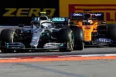 """Hamilton se rinde ante Sainz tras su duelo en Sochi: """"Pilotó muy bien"""""""