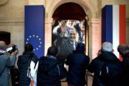 Varias personas presentan sus respetos ante el ataúd del fallecido presidente Jacques Chirac, este domingo en los Inválidos de París.