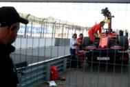 La grúa retira el coche de Vettel, tras su avería en Sochi.
