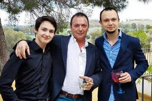 José Antonio Marín (centro) con sus dos hijos, Mario, 21 años (izqda.) y Sandro, 27, en una imagen de hace años.