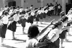 Francisco Franco inaugura la escuela de instructoras de la Sección Femenina en 1951.