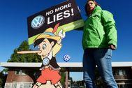 Una activista con un cartel de Pinocho con la leyenda 'No más mentiras'.