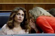La ministra de Hacienda en funciones, María Jesús Montero, y la responsable de Economía, Nadia Calviño.
