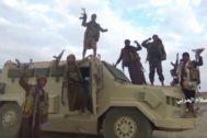 Soldados hutíes muestran un supuesto vehículo saudí capturado.