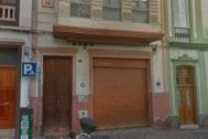 Portal de la vivienda en la que se han encontrado los cadáveres de un hombre y una mujer en Las Palmas de Gran Canaria.