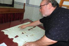 El profesor Manuel Quixal muestra parte de la documentación hallada.