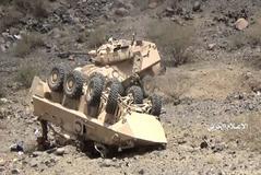 Dos vehículos saudíes destruidos tras la emboscada hutí en Yemen.