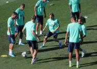 Modric, en el centro de un rondo en el entrenamiento.