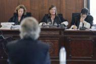 De espaldas, Pérez-Sauquillo, ante el tribunal de la Sección Primera que lo juzga, compuesto por Mercedes Fernández, Pilar Llorente y Rafael Díaz. EFE