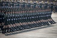 Tropas chinas marchan en la plaza de Tiananmen, en el desfile militar chino.