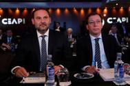 José Luis Ábalos (i) y José Luis Martínez Almeida, este martes en Madrid.