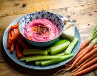 Hummus de remolacha para celebrar el Día Mundial del Vegetarianismo