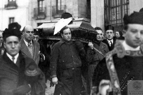 El féretro de Unamuno, el 1 de enero de 1937, fue portado en Salamanca por miembros de la falange que prevalecieron sobre los profesores de universidad.