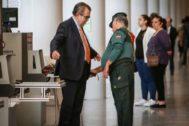 Juan Soler pasa el control de seguridad de la Ciudad de la Justicia de Valencia.