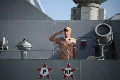 Un oficial de la Marina rusa saluda sobre el buque Velikiy Ustyug, en el en el puerto sirio de Tartus el 26 de septiembre.