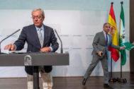 Los consejeros de Economía, Rogelio Velasco, y de Presidencia, Elías Bendodo.