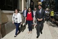 La edil Julia Llopis (i) junto a Mónica Oltra (c) y Luis Barcala (d), este martes en Alicante.