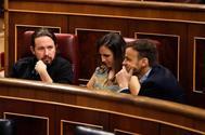 El secretario general de Podemos, Pablo Iglesias (izqda.), junto a los diputados Ione Belarra y el portavoz de En Comú Podem, Jaume Asens, en el Congreso.