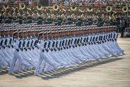 Tropas navales marchan en la plaza de Tiananmen
