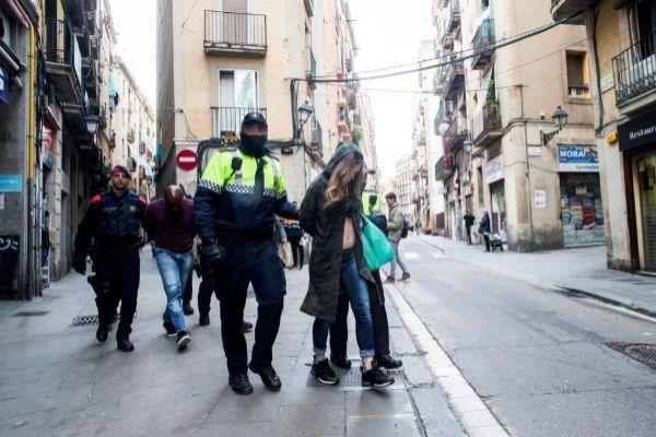 Imagen de la operación policial en el Raval en octubre del año pasado