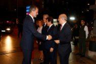 El Rey saluda a Francisco Rosell, director de EL MUNDO, al inicio del acto de la celebración de su 30 aniversario.
