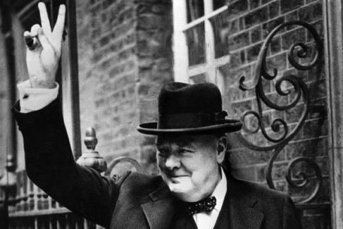 Churchill, haciendo la V de la victoria en el 10 de Downing Street en 1943.